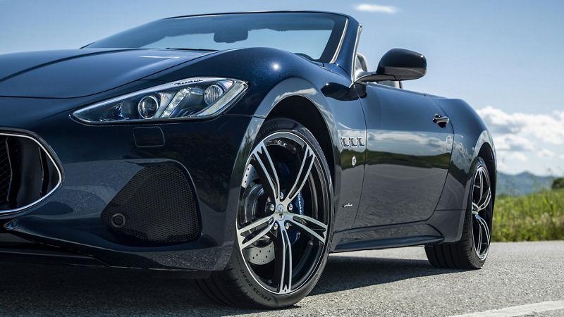 Maserati GranCabrio auf der Straße - Frontansicht