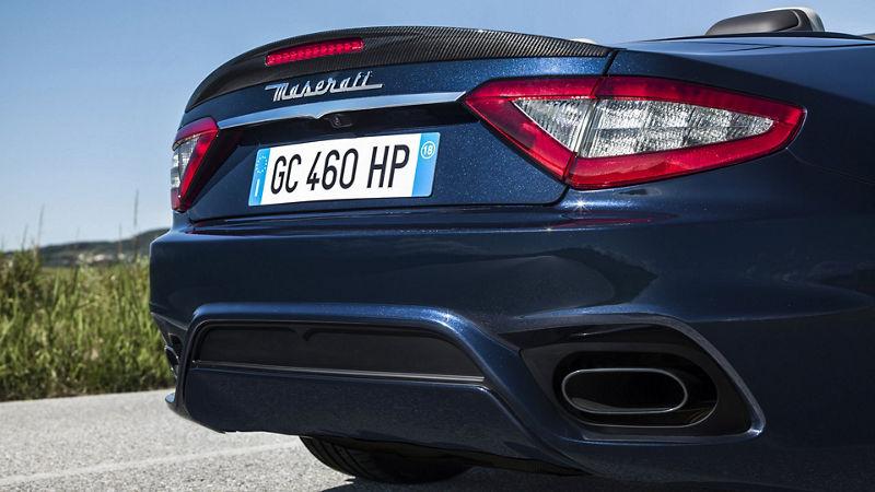 Maserati GranCabrio auf der Straße - von hinten