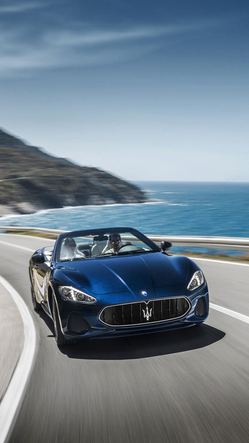 Maserati GranCabrio - in der Kurve - Landschaft am Meer