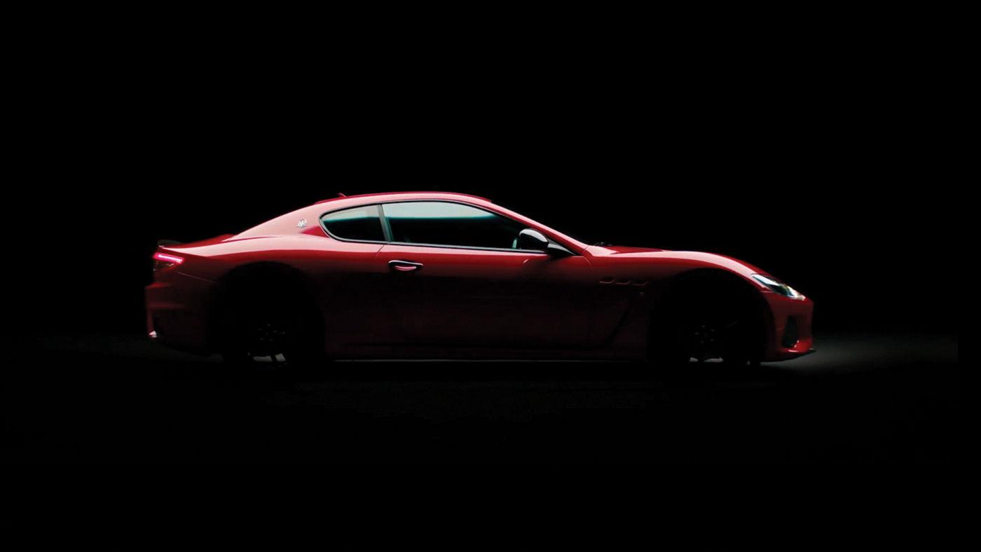 Maserati GranTurismo - Rot - Schwarzer Hintergrund - Seitenaufnahme