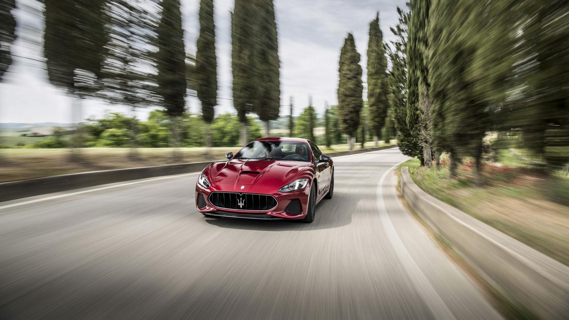 Maserati GranTurismo - Rot - auf der Straße - italienische Landschaft im Hintergrund
