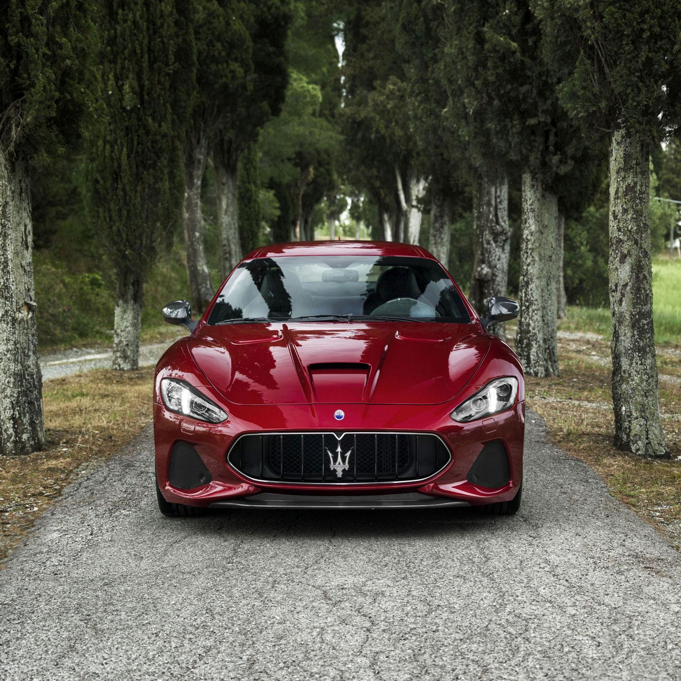 Maserati GranTurismo - Scheinwerfer und Dreizack Logo Detail