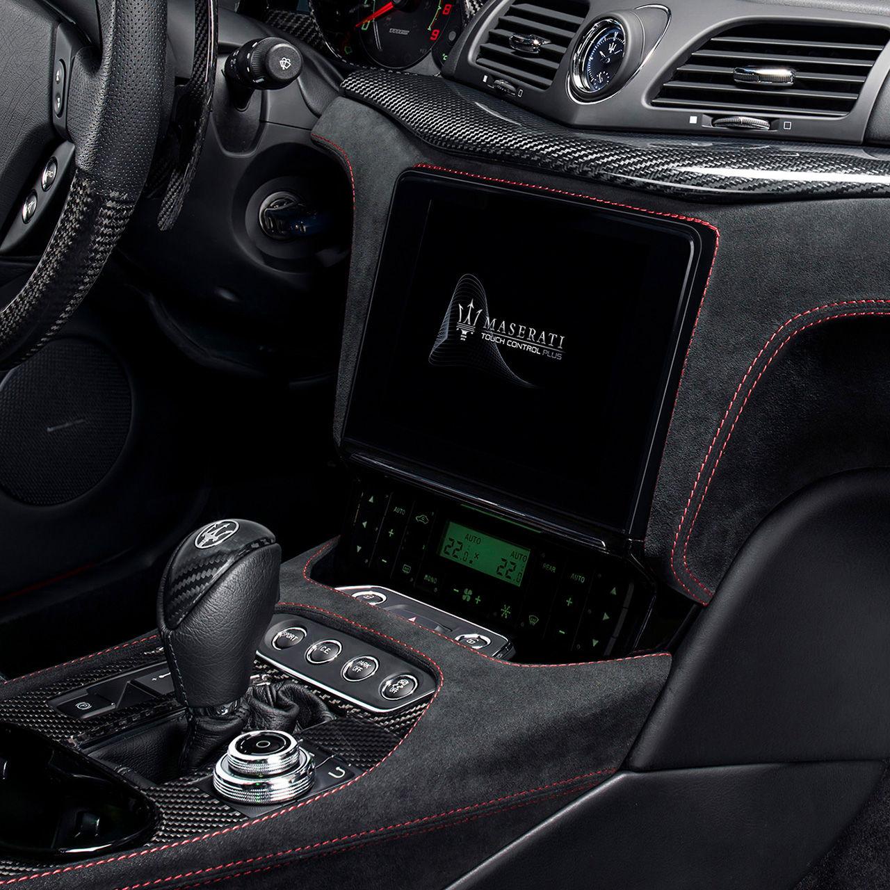 Maserati GranTurismo Innenausstattung - Kupplung und Display Detail - Infotainment und App-Connectivity