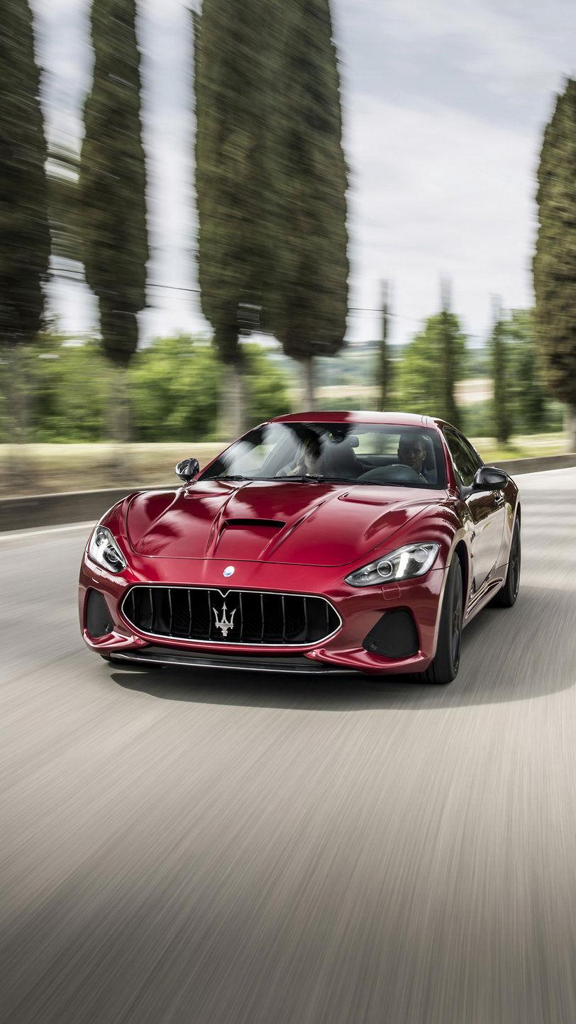 Maserati GranTurismo schnell fahrend auf der Straße