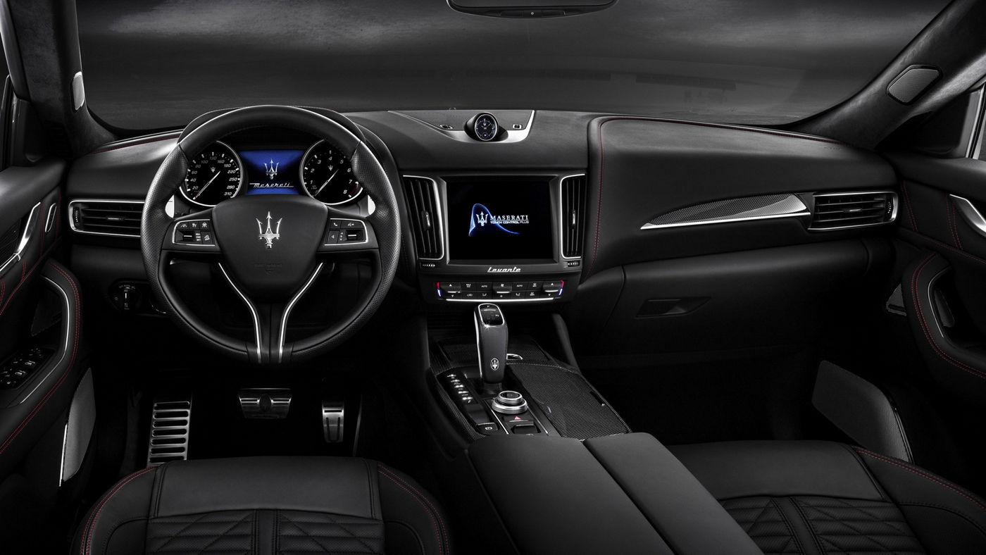 Maserati Levante Probefahrt: Schwarzer Maserati wird auf einer Landstraße getestet