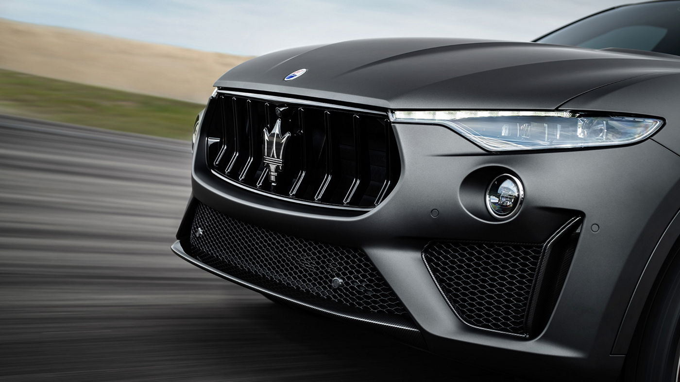 Levante Trofeo – chrome black front grille and adaptive headlights