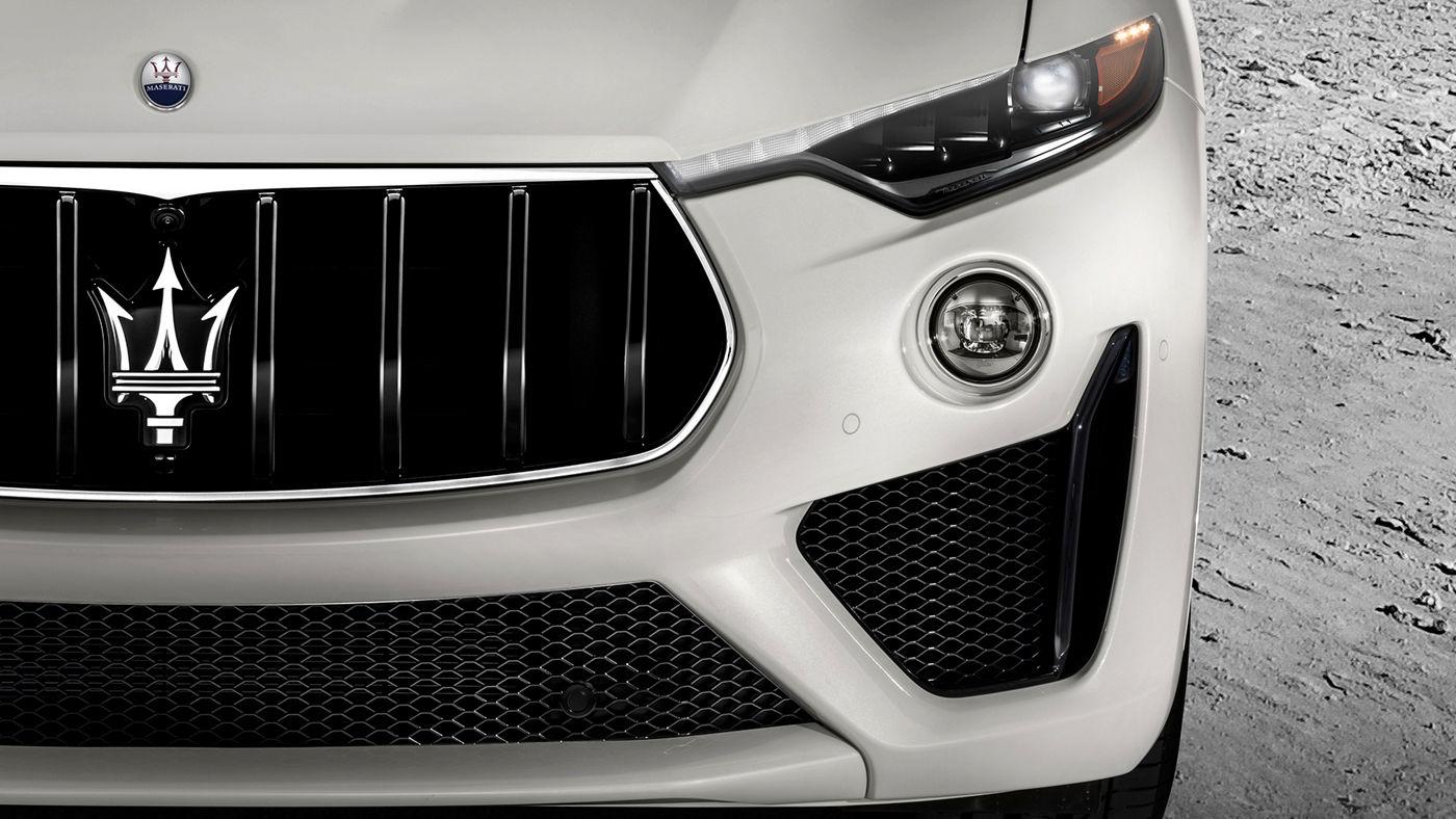 Maserati Levante GTS - Dettaglio dei fari frontali e logo del Tridente
