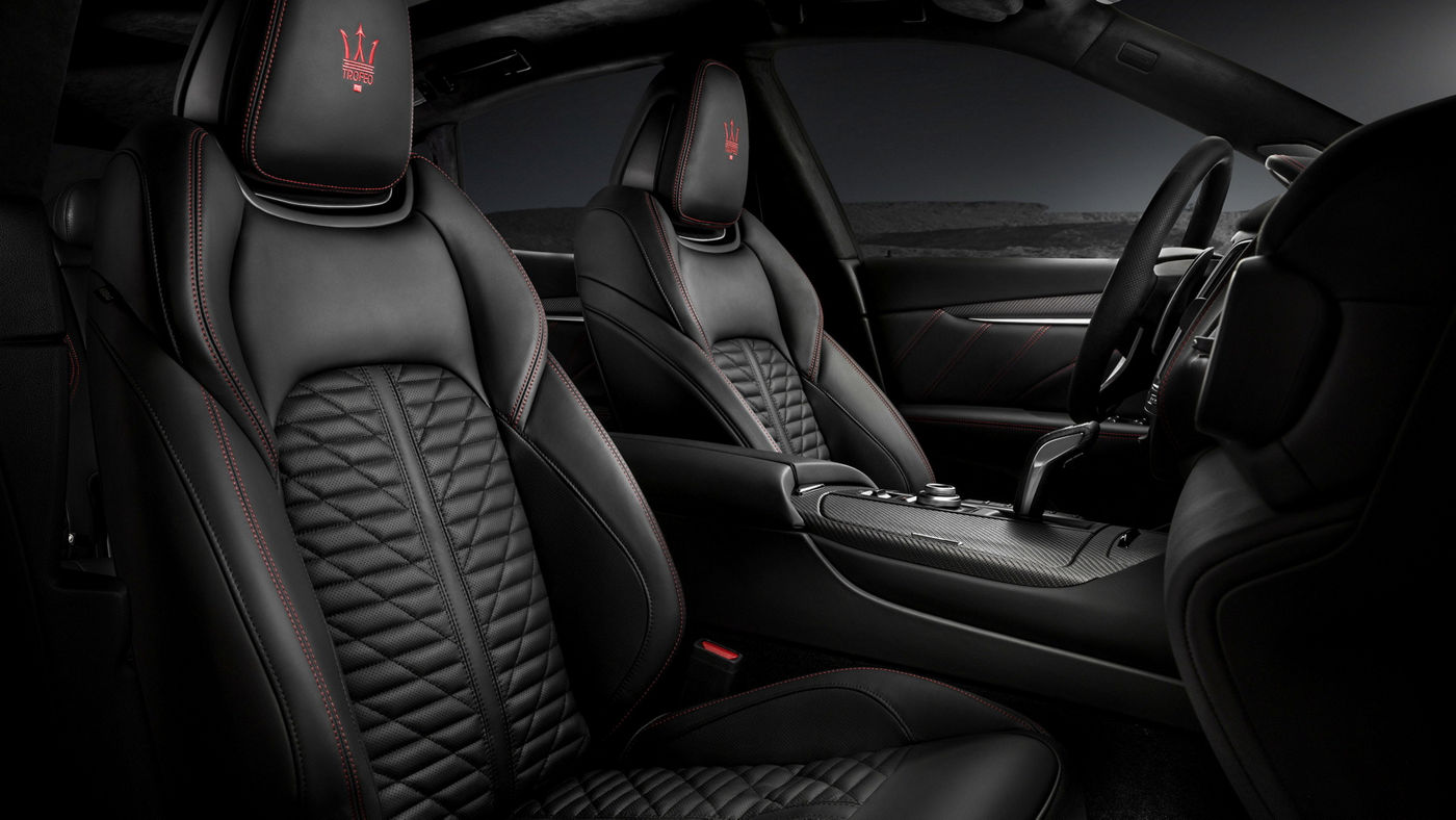 Levante Trofeo interior: black leather sport seats and red stitchings