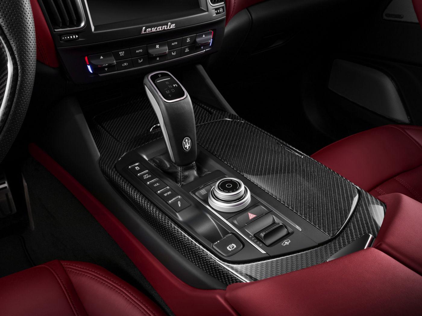 Maserati Levante GTS - Dettaglio della leva del cambio