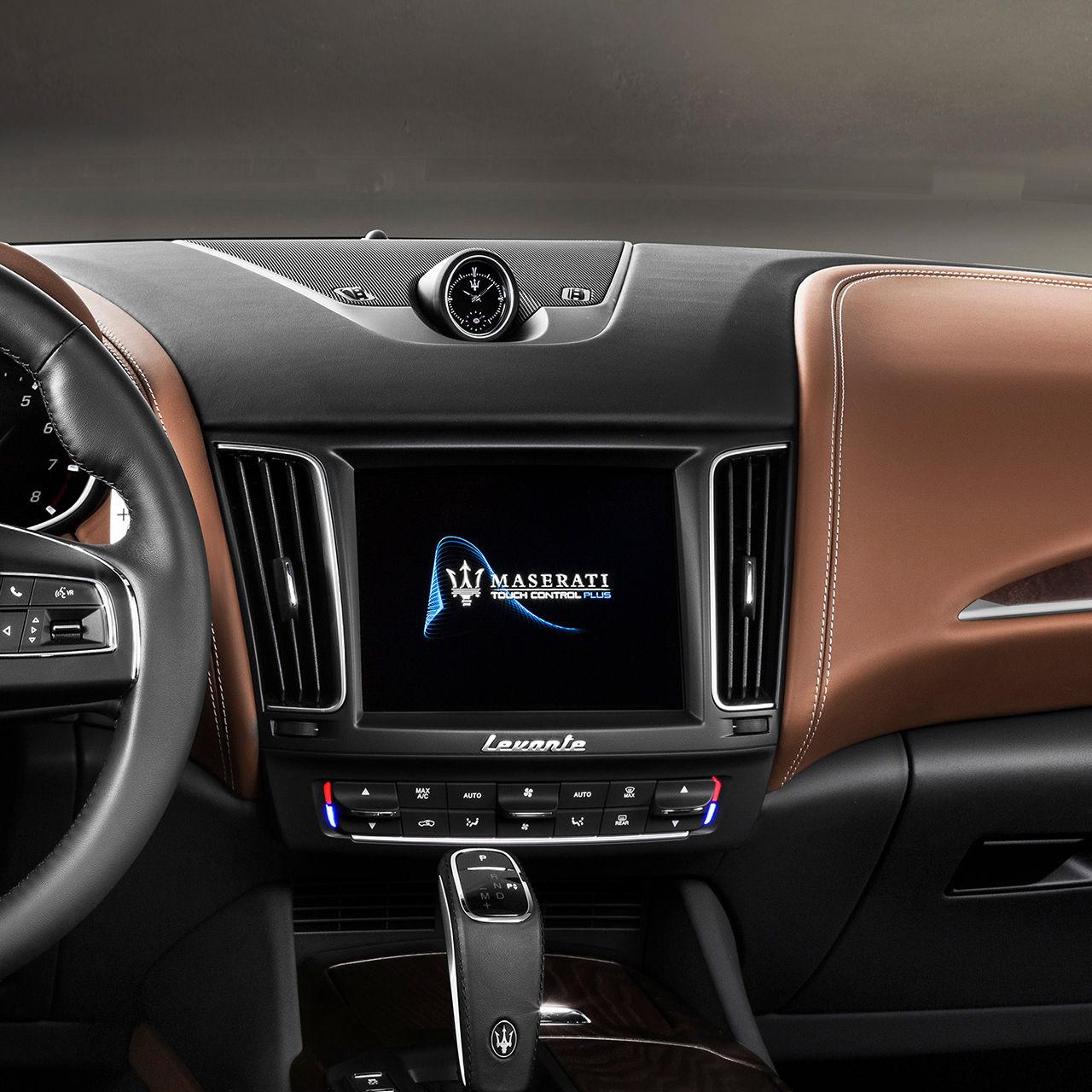 Maserati Levante - sistema di infotainment, display touchscreen e dettagli degli interni