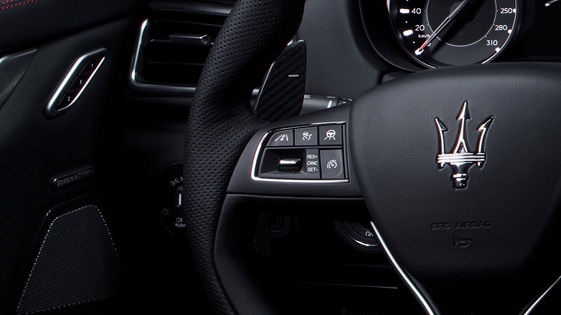 Maserati Ghibli - Assistenzsysteme - Detailansicht des Lenkrads