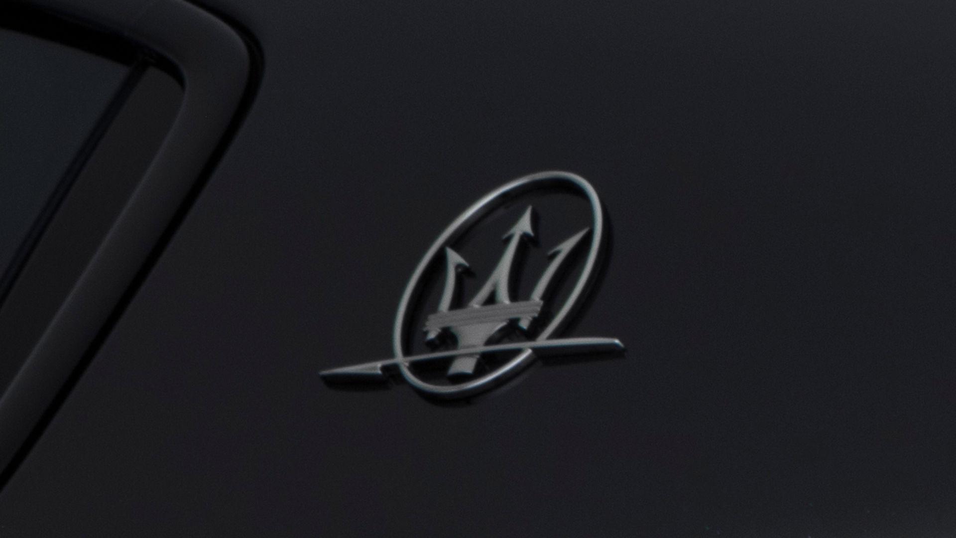 Detailansicht Maserati Dreizack Logo - Ghibli Geschichte
