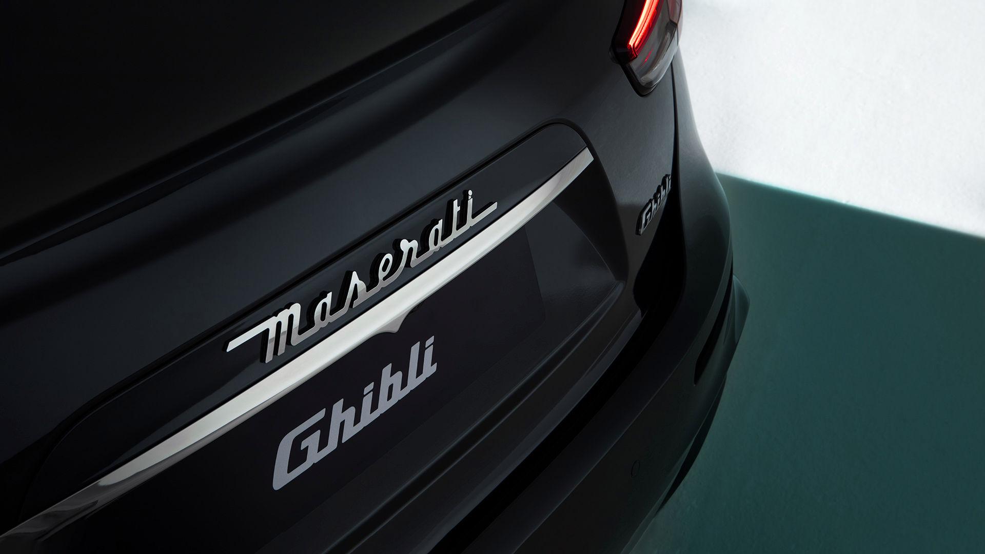 Maserati Ghibli in Schwarz - Detailaufnahme des Abzeichens