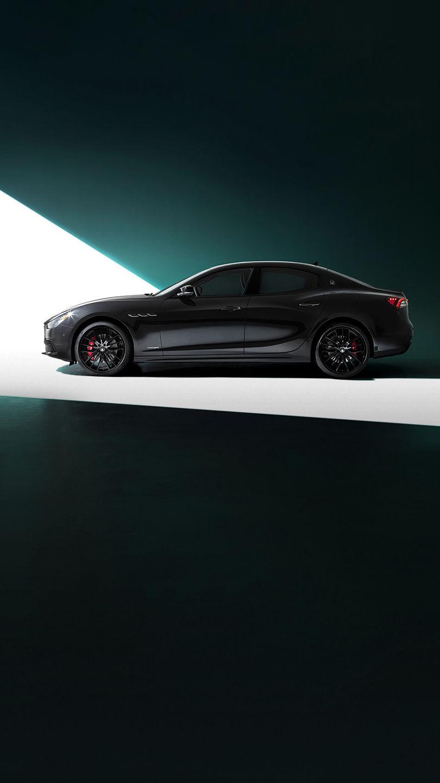 Maserati Ghibli - Schwarz - von der Seite - im Licht stehend
