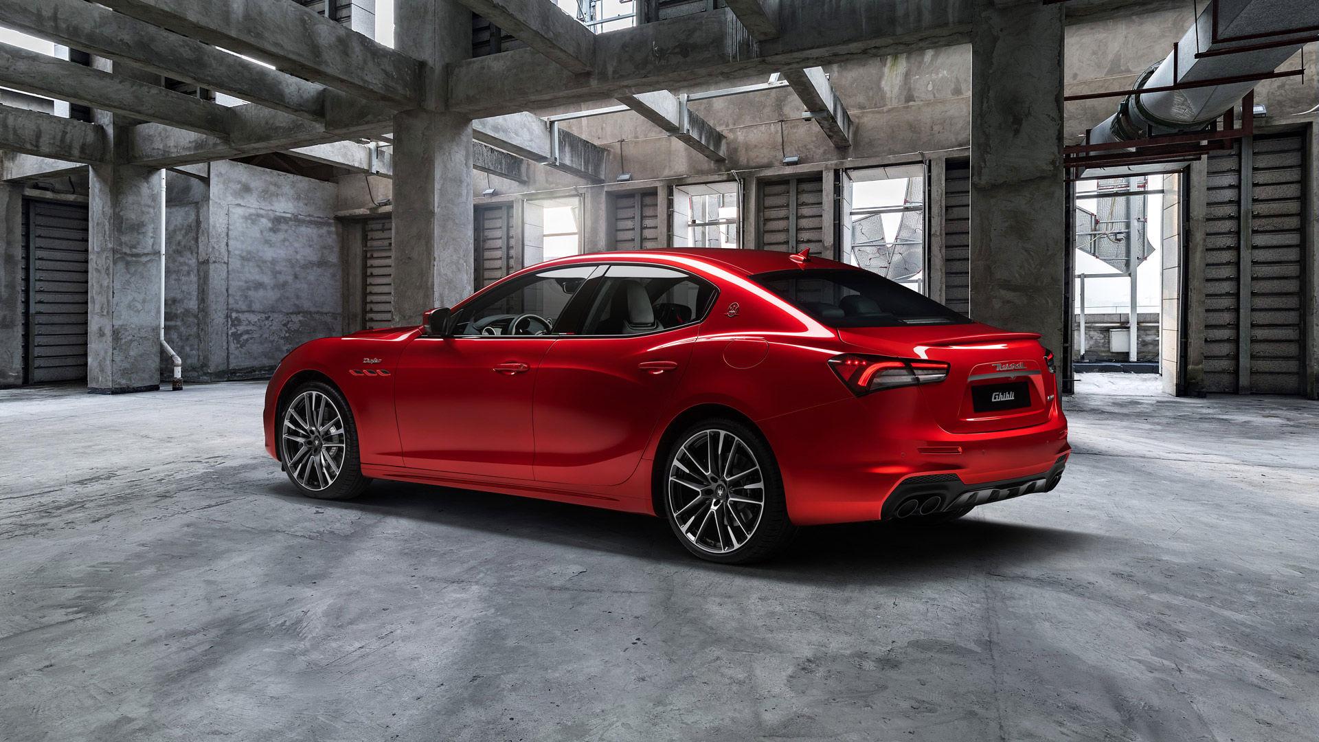 Maserati Ghibli Trofeo - Rot - Parkend in einer Fabrik - Seitenansicht