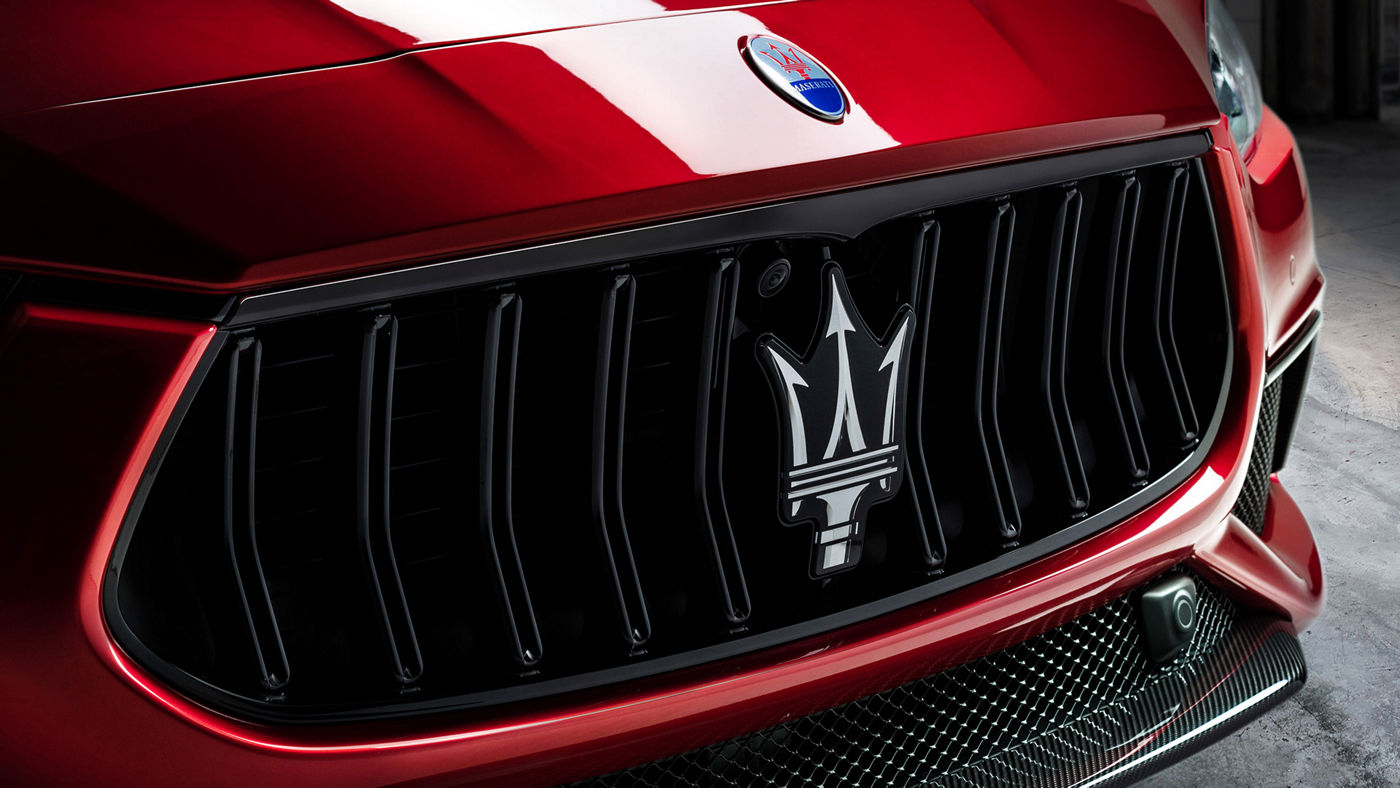 Maserati Ghibli Trofeo in Rot: Detailansicht des Kühlergrills mit Maserati Logo