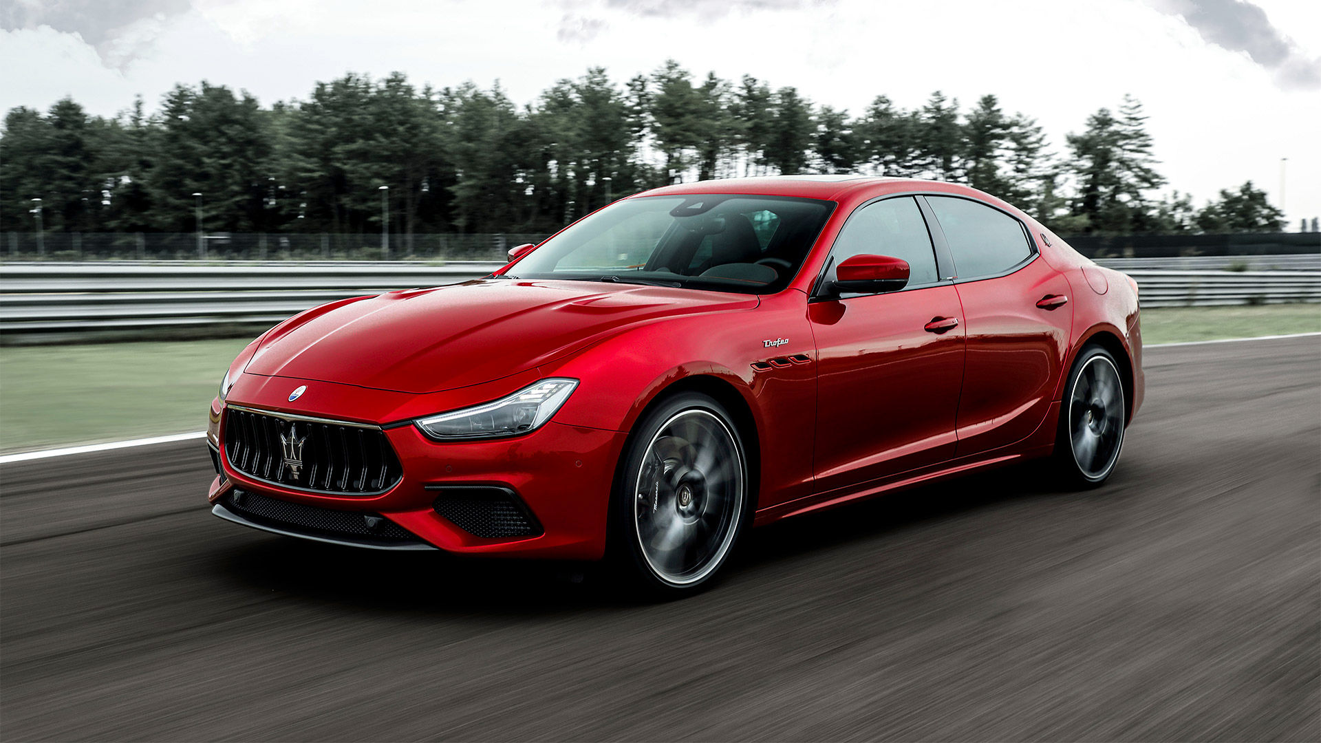 Maserati Ghibli Trofeo - Rot - fahrend auf der Straße