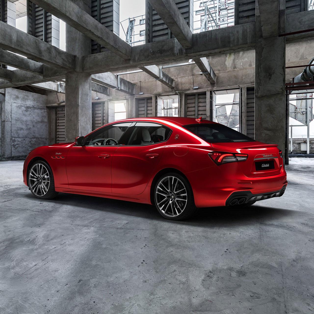 Maserati Ghibli Trofeo - Rot - Parkend, von der Seite