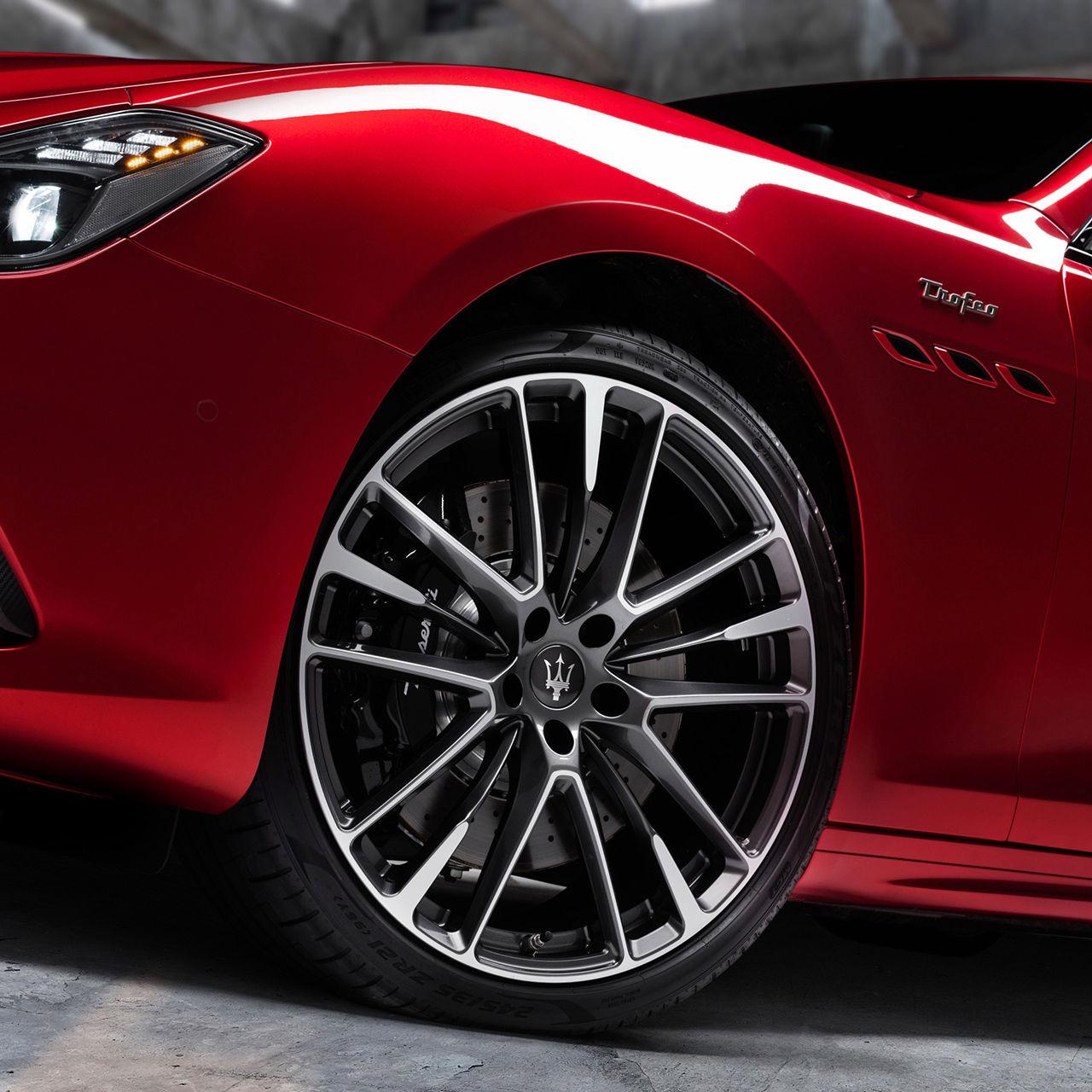 Maserati Ghibli Trofeo - Rot - Rad und Felge