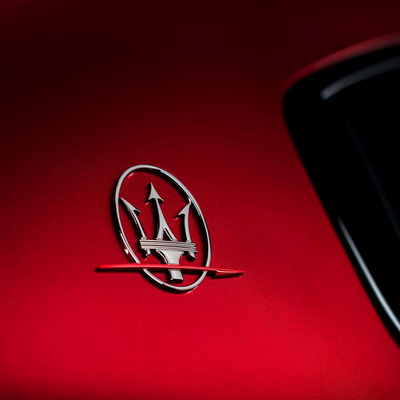 Maserati Ghibli Trofeo - Rot - Design - Dreizack-Logo