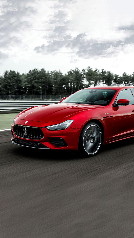 Maserati Ghibli Trofeo - Rot - Schnell fahrend auf einer Straße