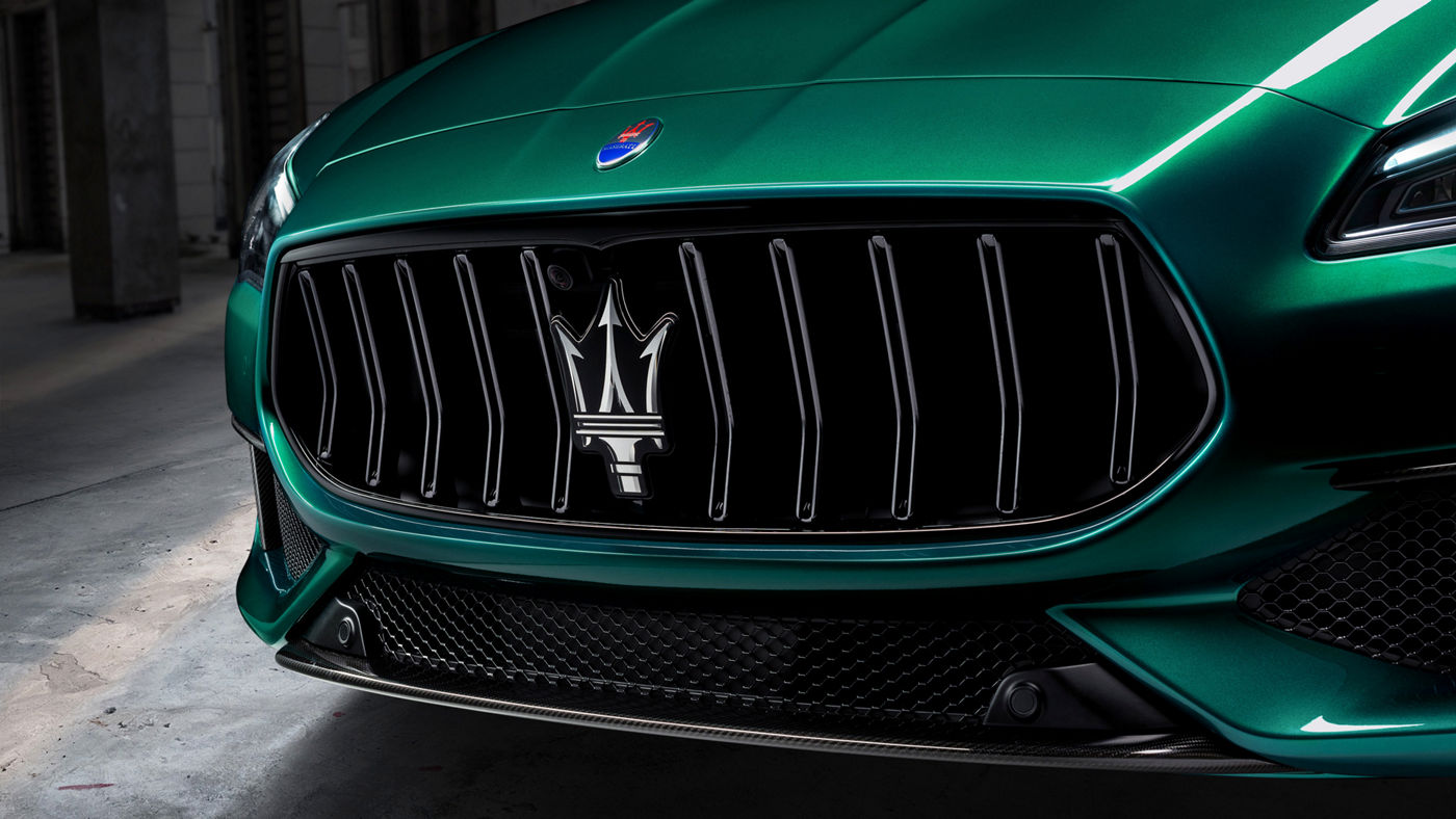 Maserati Quattroporte Trofeo in Grün: Detailansicht des Kühlergrills mit Maserati Logo