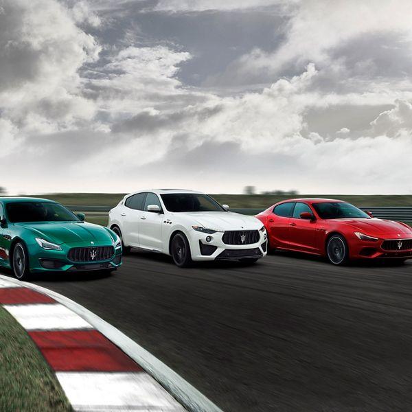 Maserati Trofeo - Drei Maseratis nebeneinander in den Farben Grün, Weiß und Rot