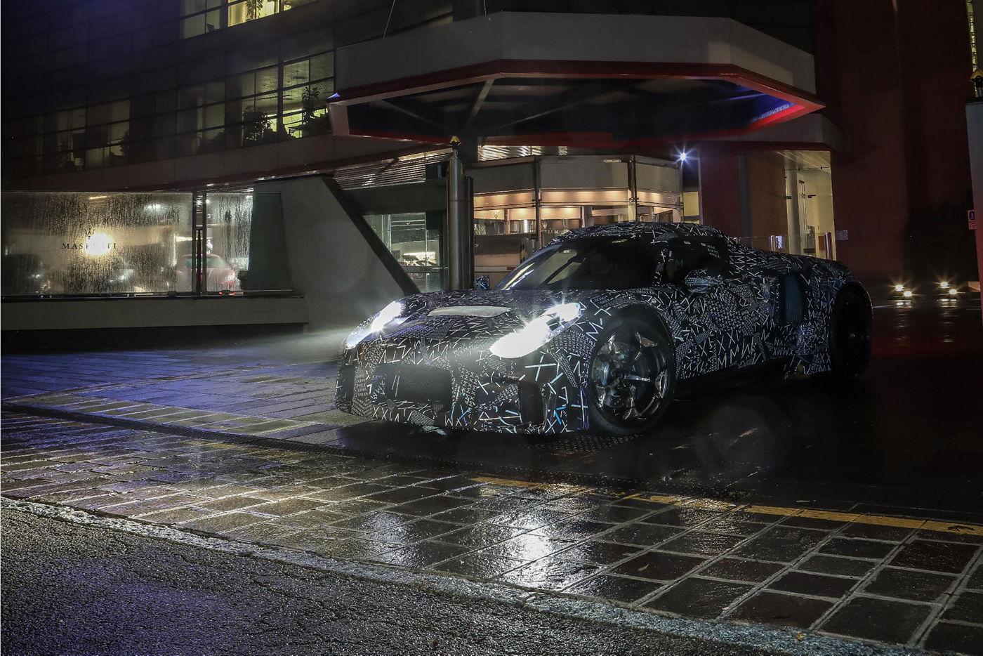 prototipo auto maserati su strada vista frontale con fari accesi