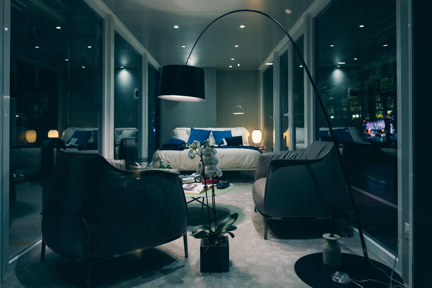 camera da letto con arredamento di design per ospiti dello stabilimento maserati