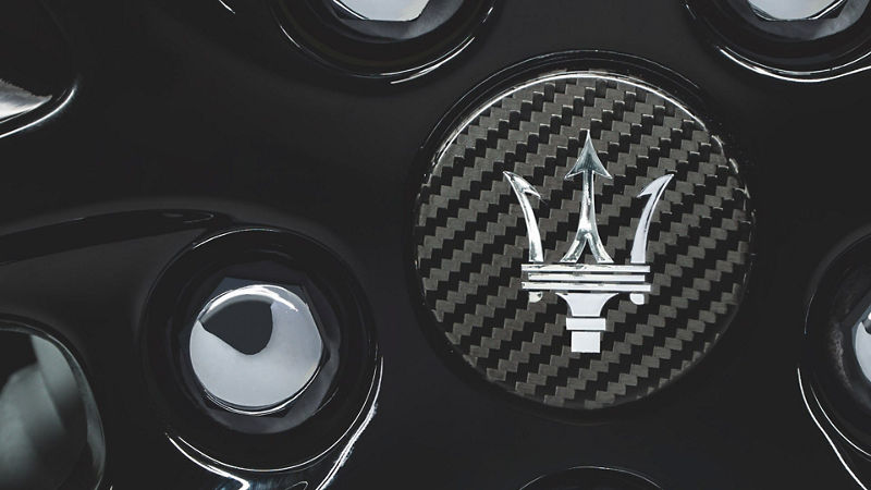 GranTurismo Accessories - Carbon centre wheel cap - Detail of Maserati trident logo