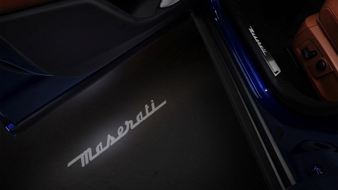 Maserati Levante Zubehör: Einstiegsleiste und Maserati Logo