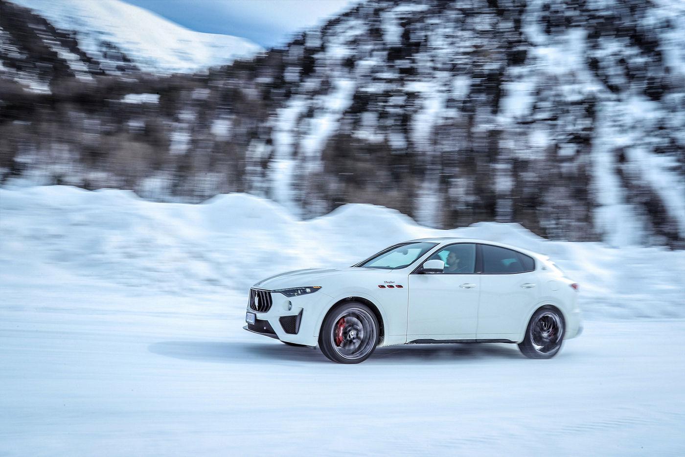 Maserati Levante fährt in Schneelandschaft - Der Klang der Leidenschaft