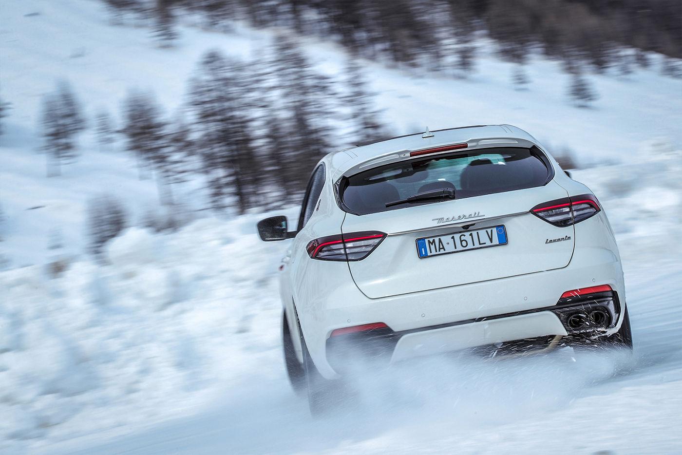 Maserati Levante fährt auf dem Schnee - Rückansicht