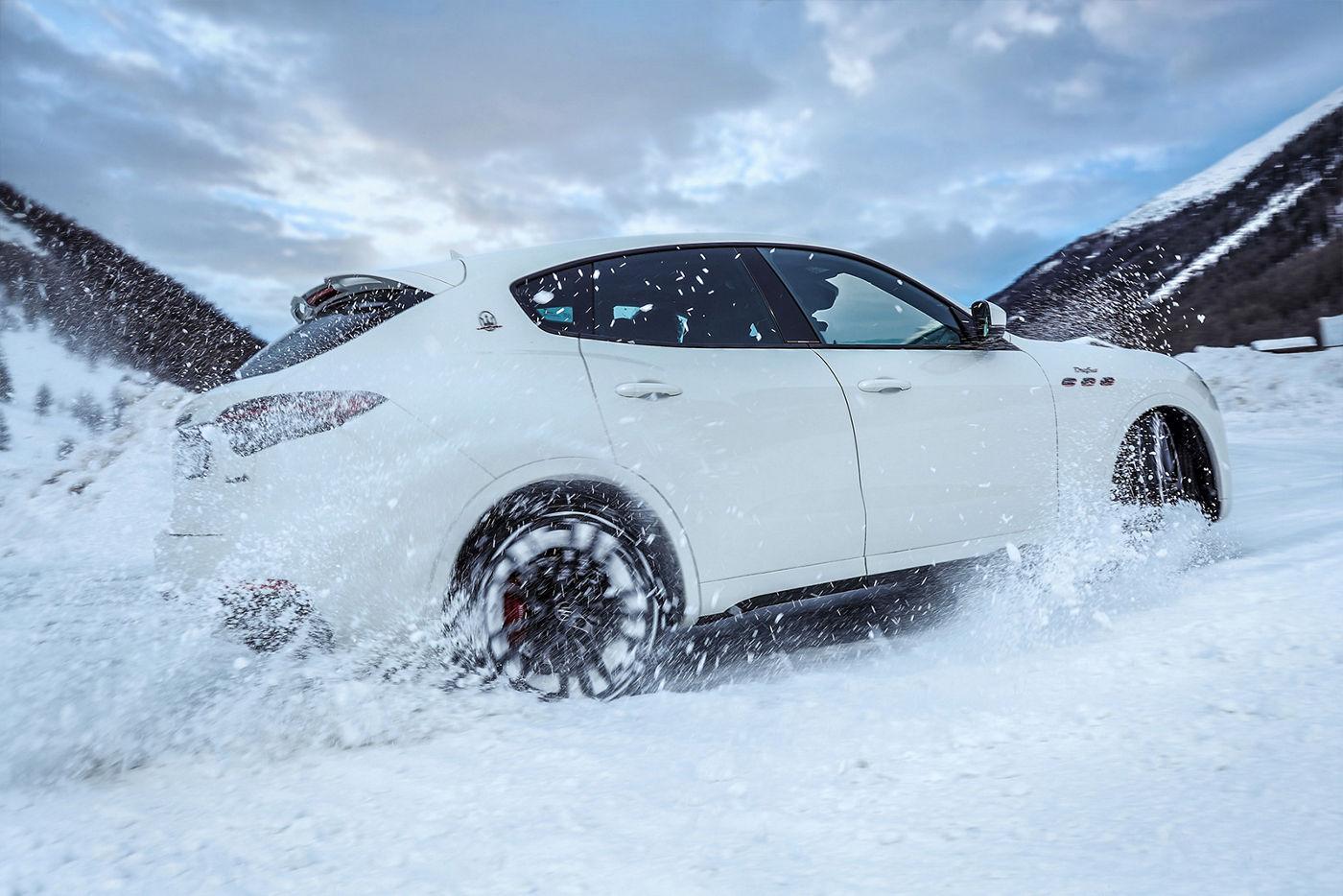 Maserati Levante fährt auf einer schneebedeckten Straße