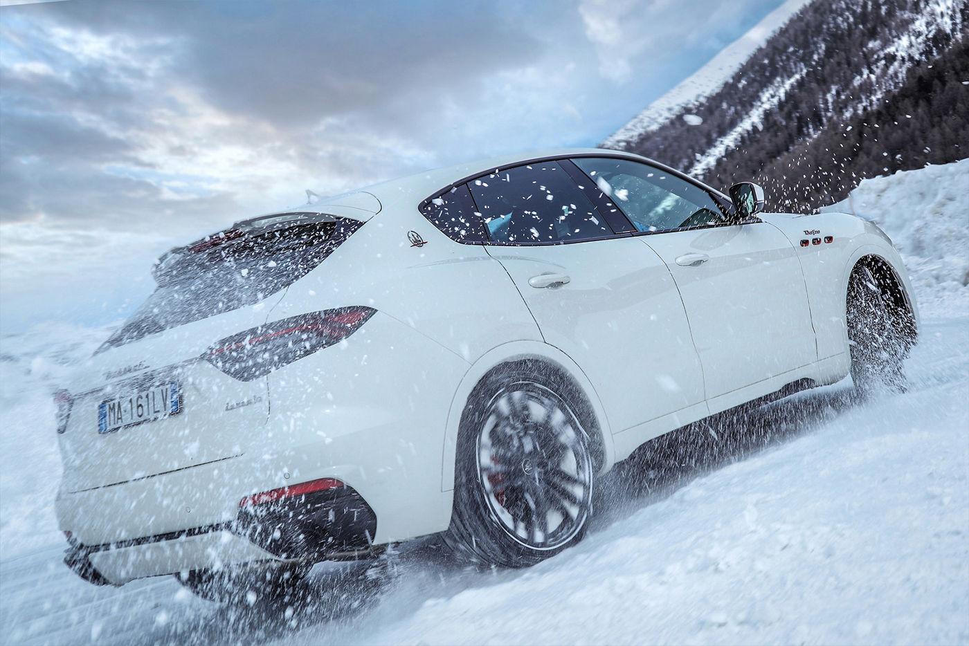 Maserati Levante fährt auf einem schneebedeckten Berg