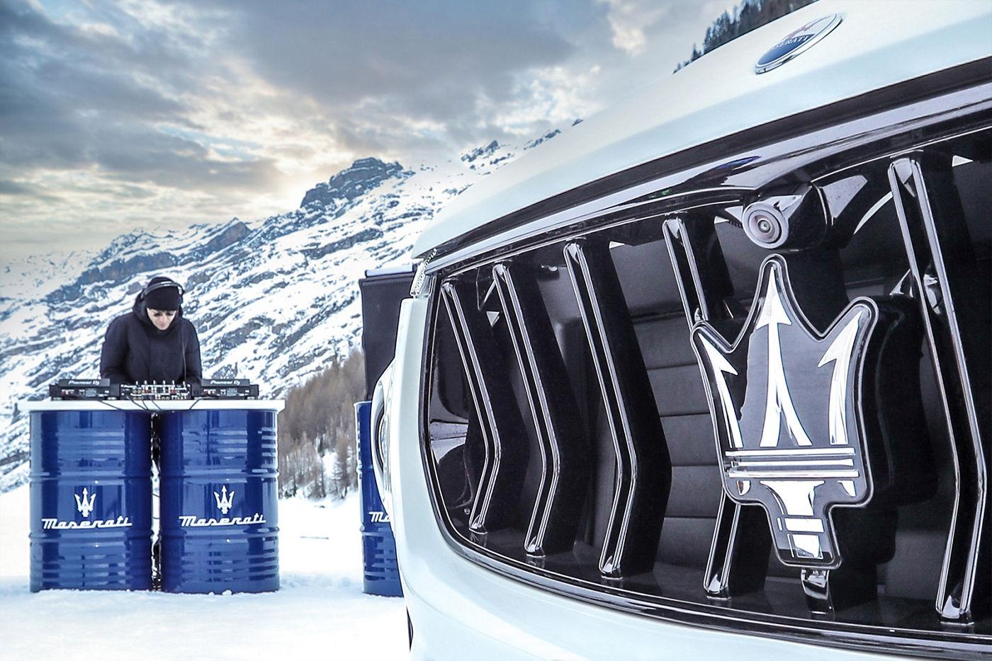 Maserati Levante Kühlergrill - DJ im Hintergrund in den Bergen