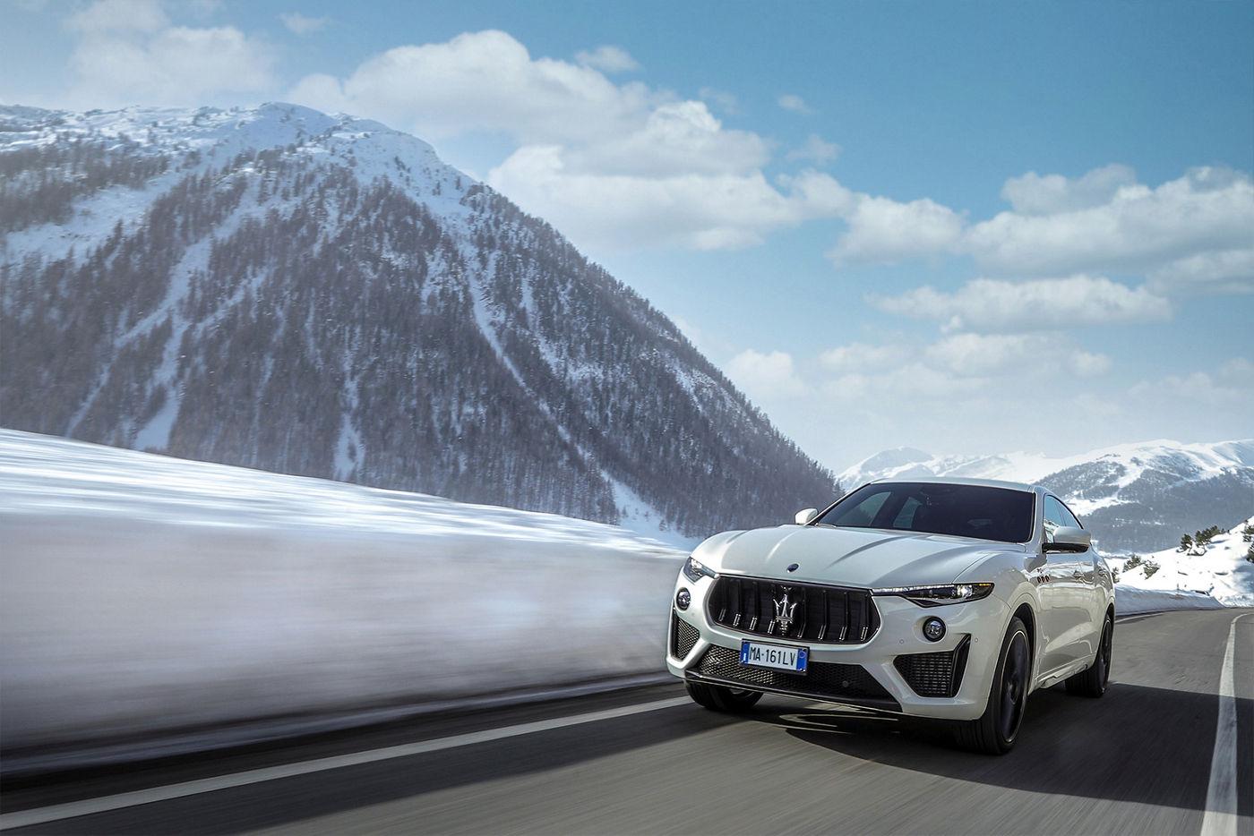 Maserati Levante fährt auf der Straße in Winterlandschaft