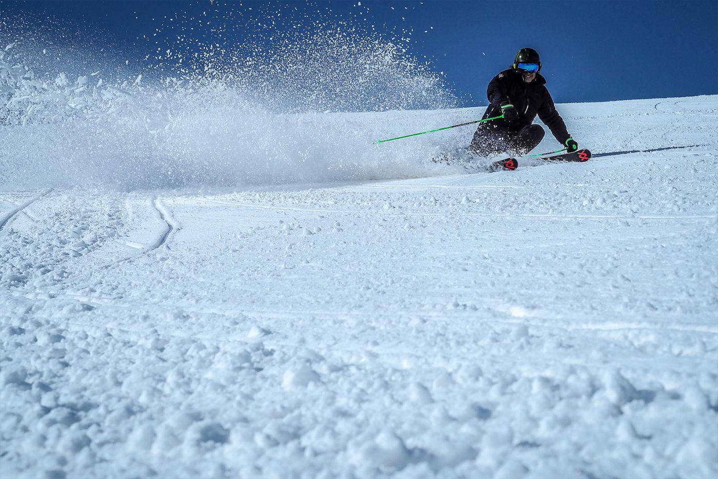 Ein Skifahrer fährt auf der Piste