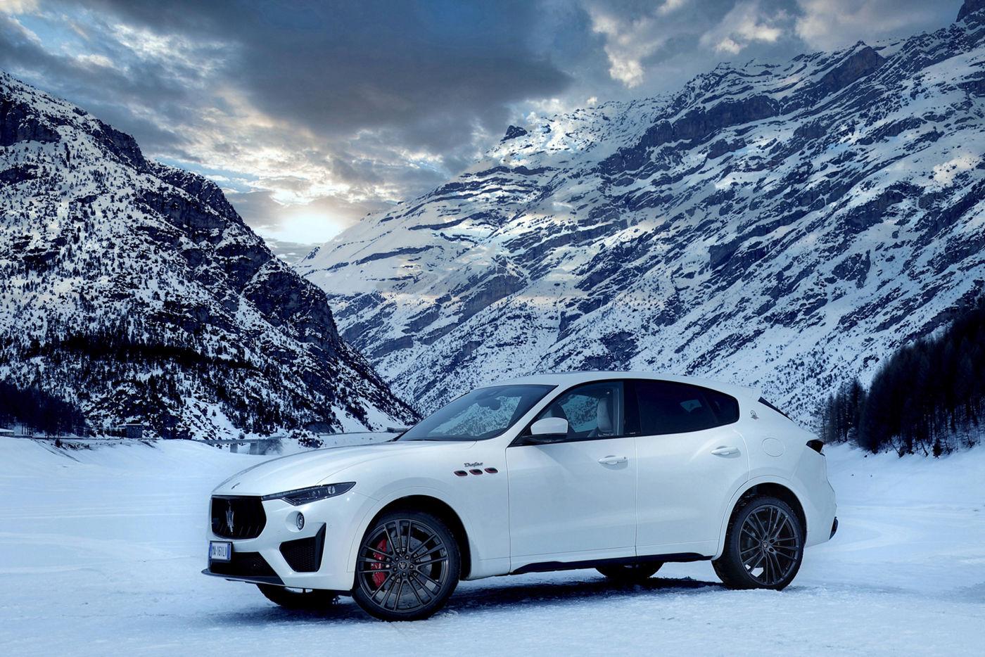 Maserati Levante in einer Bergregion mit Sonnenschein