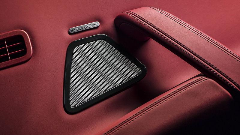 Maserati - Détail porte intérieur - Haut-parler système Bowers & Wilkins audio - Rosso