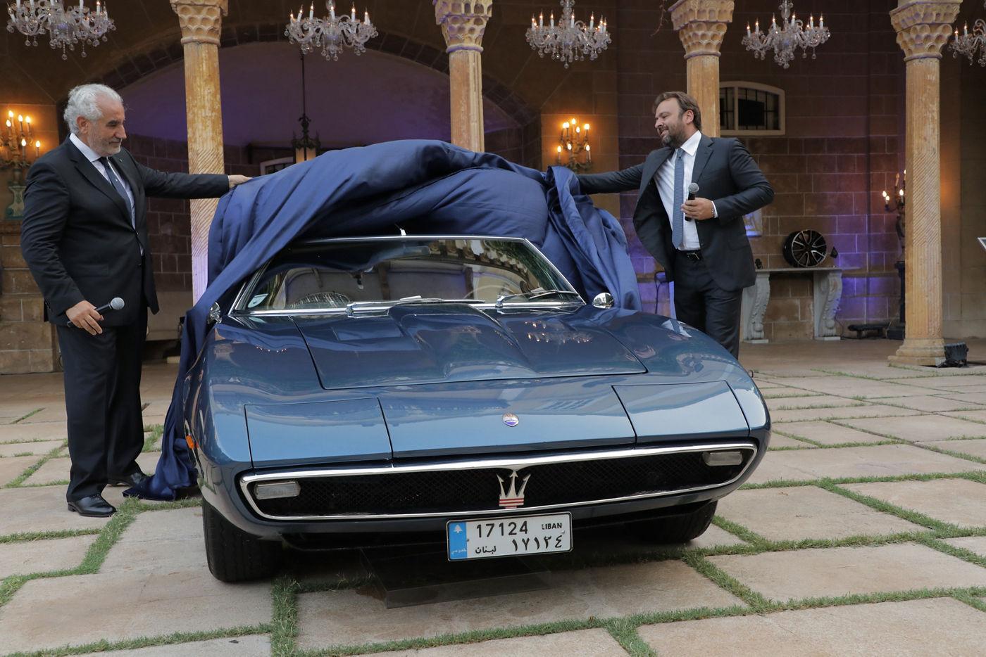 Nabil Bazerji, MD Bazerji & Fils, Umberto Cini, GM Maserati EMEA enthüllen den ersten verkauften Maserati, einen 1968 Ghibli