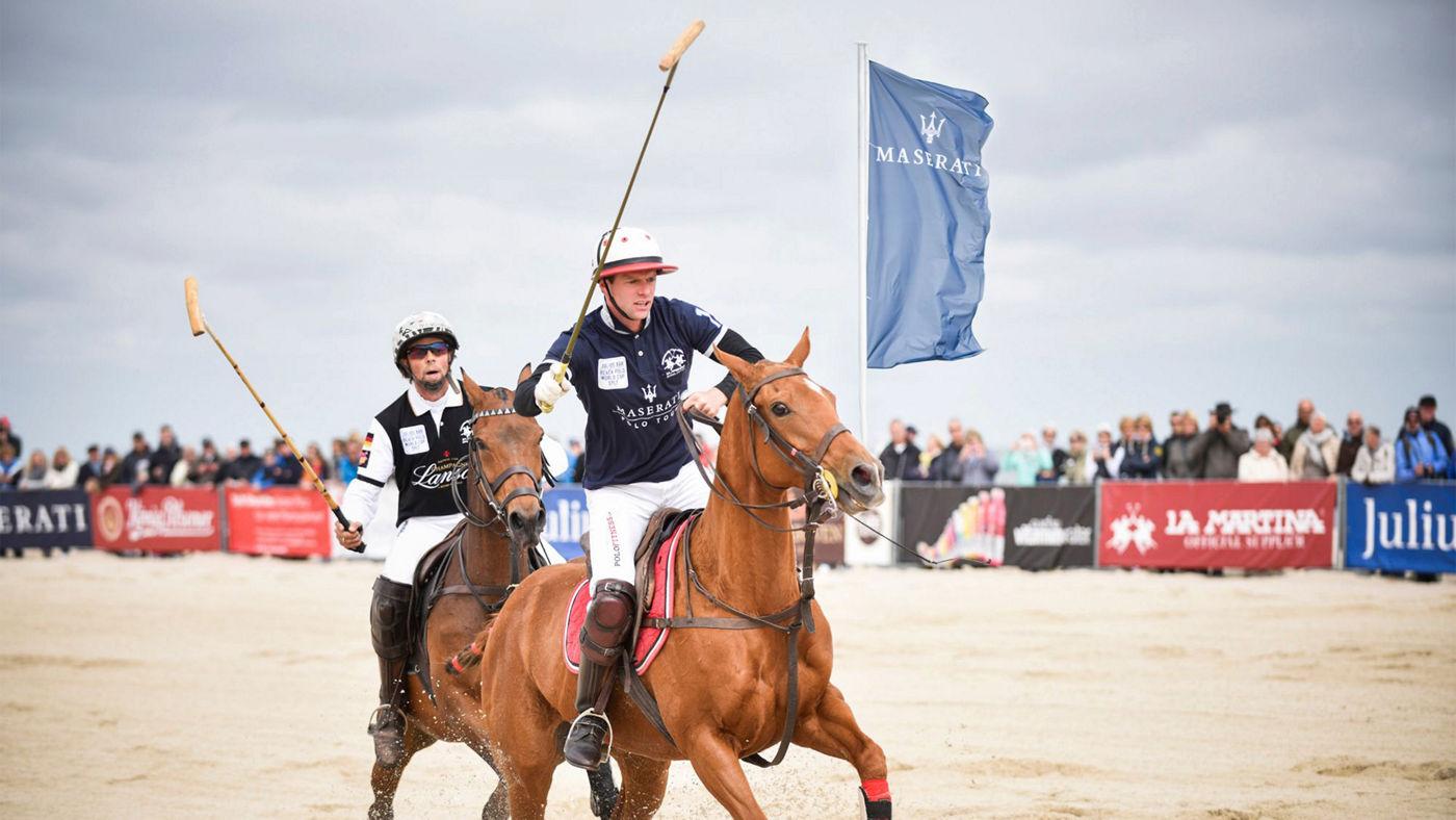 Maserati und Beach Polo World Cup Sylt: Zwei Polospieler während des Spieles