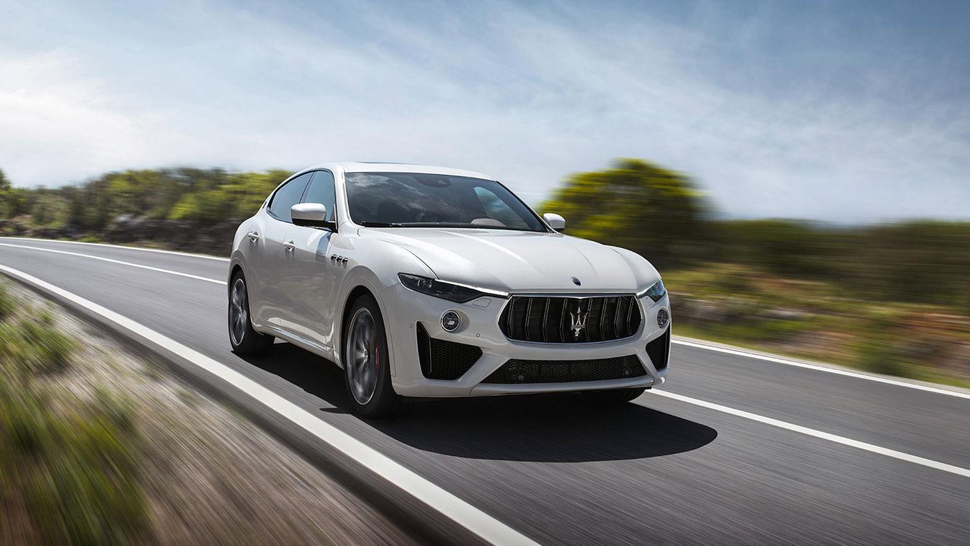 Fahrender Maserati Levante (SUV) von vorne