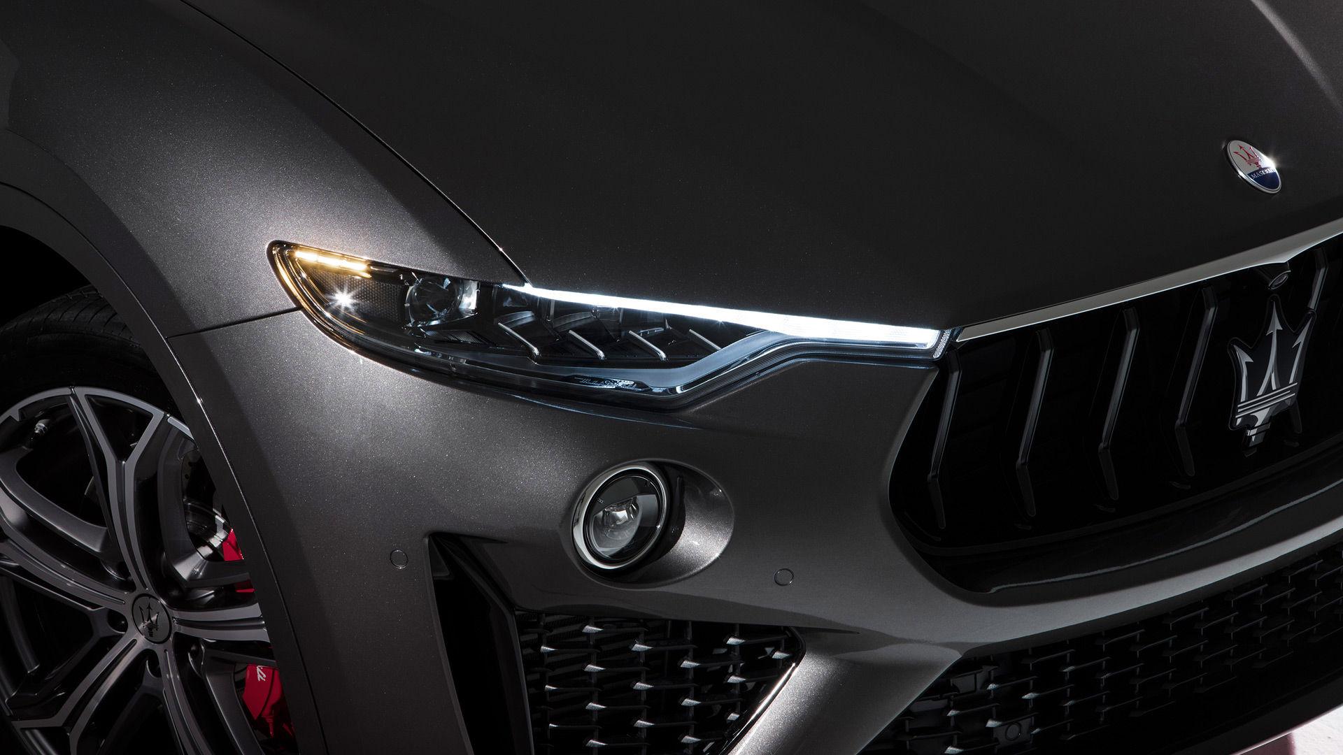 Maserati Levante: Nahaufnahme des SUVs - Scheinwerfer und Felgen