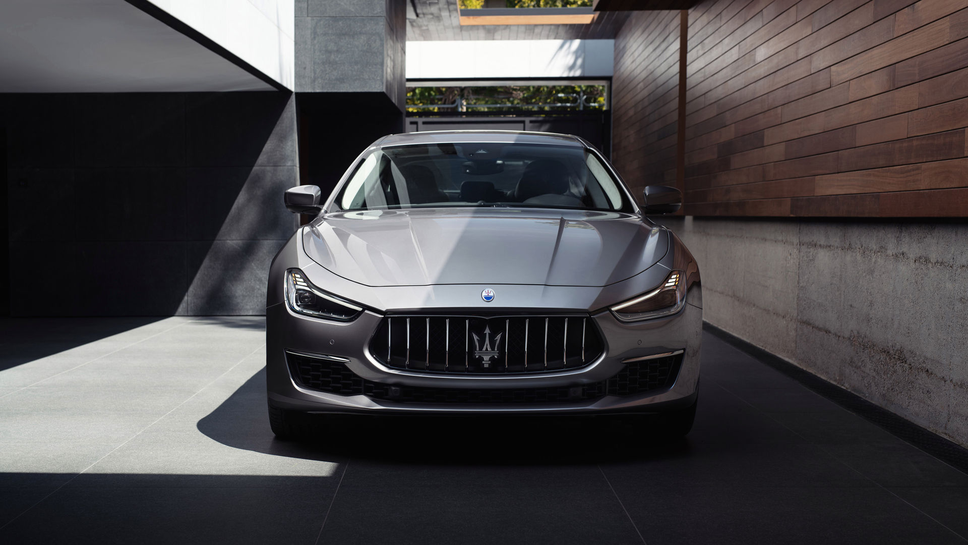Maserati Ghibli grigia MY19: la berlina sportiva della Casa del Tridente. Disponibile anche con la formula di noleggio a lungo termine.