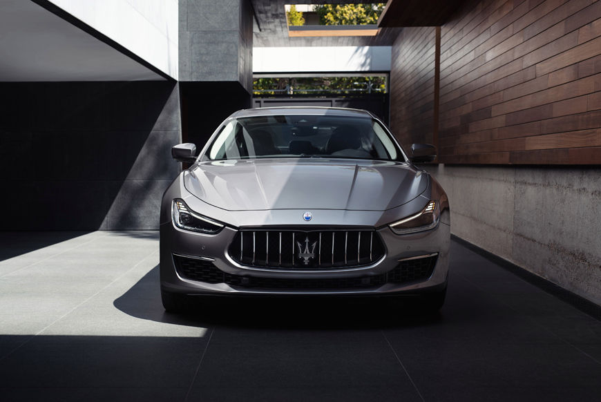 Maserati Ghibli grigia MY19: la berlina sportiva della Casa del Tridente. Disponibile anche con la formula di noleggio a lungo termine