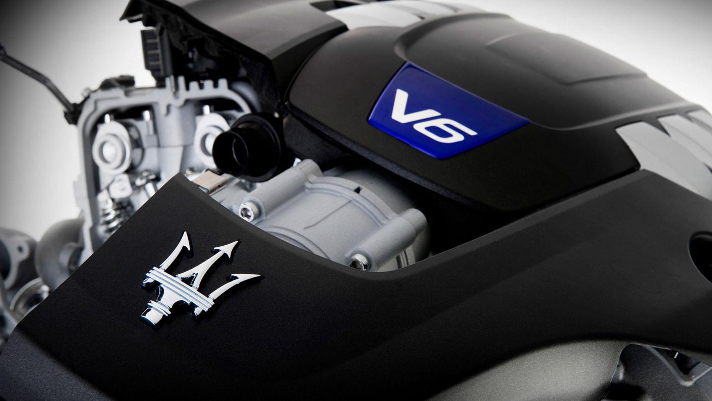 Il motore V6 di Maserati: dettaglio della struttura e del logo in rilievo della Casa automobilistica del Tridente