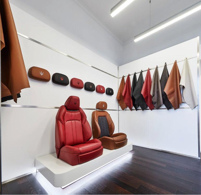 Maserati Store München am Odeonsplatz: Verschiedenfarbige Lederbezüge für Sitze