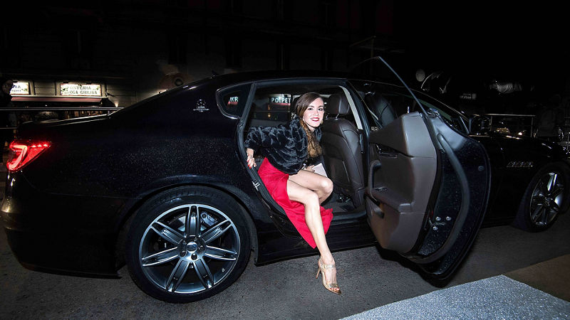 Petra Conti scende dalla Maserati Quattroporte