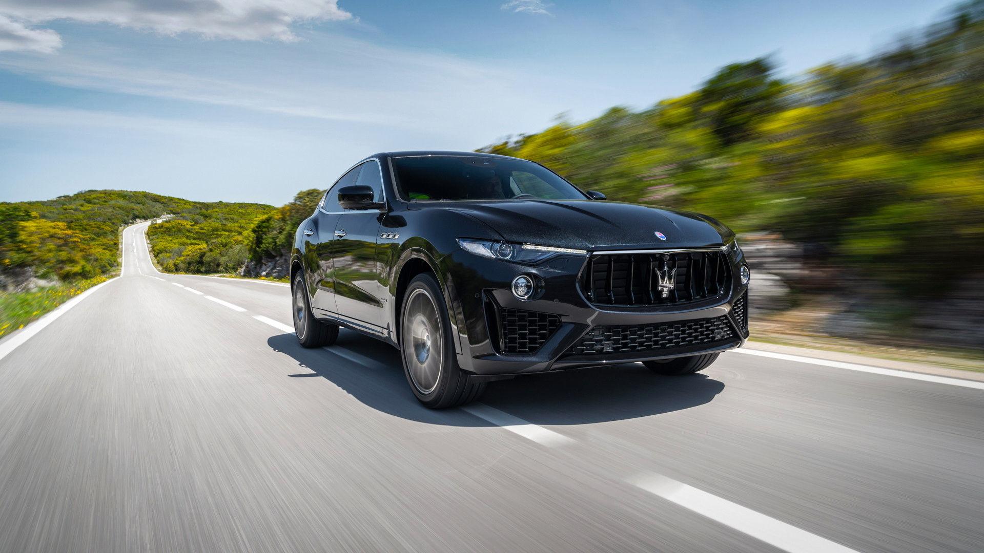Il SUV di casa Maserati, Levante, nella nuova versione 2019 in corsa su strada - vista frontale